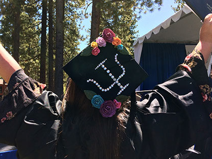 心理学 graduate decorates her SNU Tahoe graduation cap with the symbol for psychology