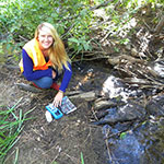 Ashley VanderMeer, major in 生物学 and 在户外探险领导和环境科学跨学科研究, working on her Rosewood Creek restoration project.