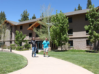SNU Tahoe 学生们 exit Prim-Schultz dorm hall, which offers STudents private ba日rooms, lounges, and high-speed internet