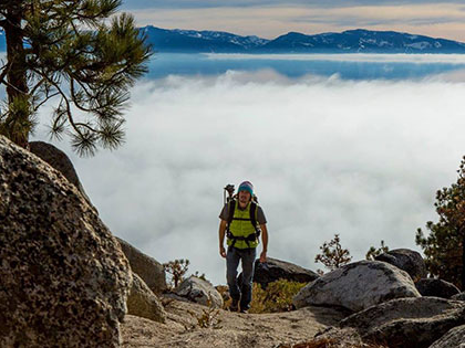数字艺术 and Management major 尼克·卡希尔 takes hike near Lake Tahoe to get images for his publication company