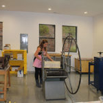 Bachelor of 精美艺术 student works with an old school printing press at the Holman Arts & Media Center at SNU Tahoe