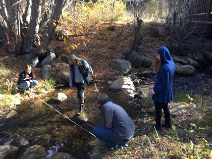 Environmental 科学 students at SNU Tahoe measure steam depth near campus