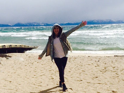 Estefania Gonzalez, 财经 and 国际问题研究 major, enjoying the beach at Lake Tahoe