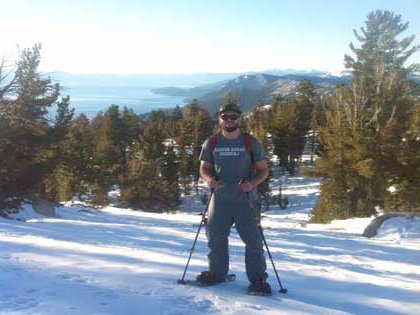 乔丹koucky, 商业 major, snowshoeing around Lake Tahoe