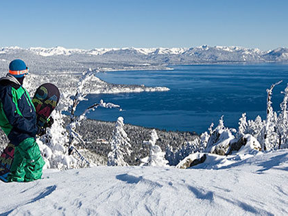 SNU Tahoe student snowboards at 钻石高峰, a ski resort within walking distance of SNU Tahoe